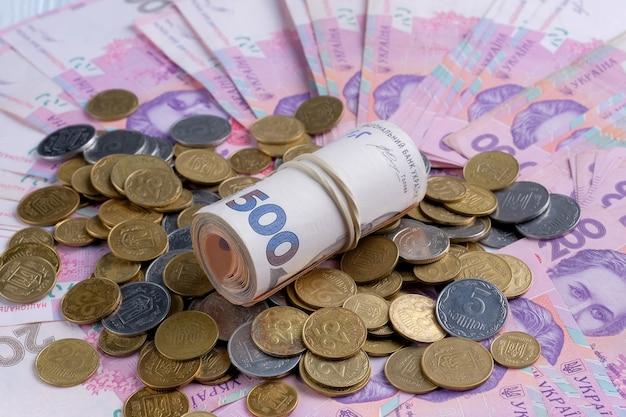 ウクライナの紙幣uahとコインの山。
