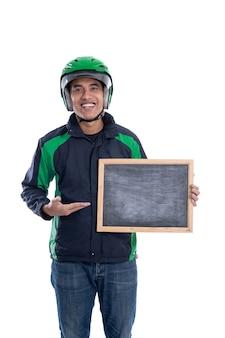 Водитель uber или коммерческий мотоциклист-таксист держит пустую доску и улыбается