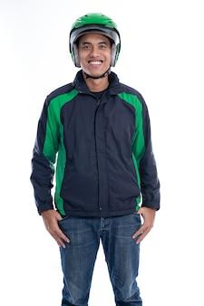 Убер райдер с шлемом и пиджаком улыбается