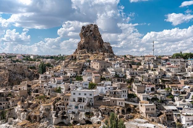 Село учхисар, район невшехир, каппадокия, турция. эффектный скалистый замок