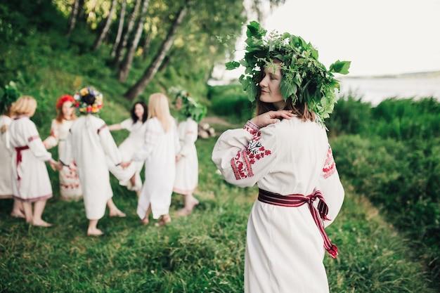 Украинские девушки танцуют в традиционной одежде