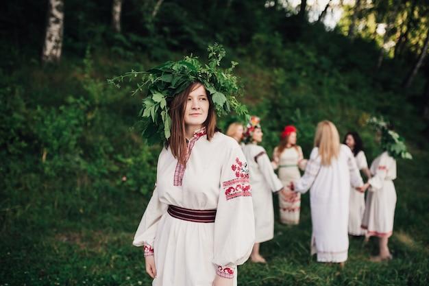 Модные девушки в традиционной одежде