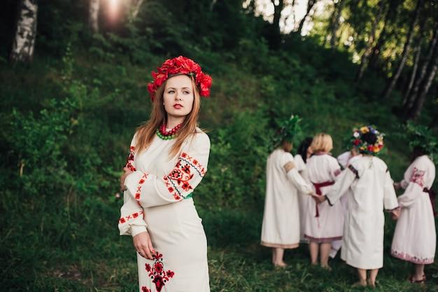 Юная модель в традиционной одежде