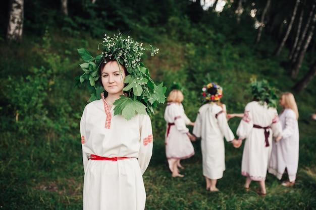 Традиционные этнические девушки в природе с листовым венком