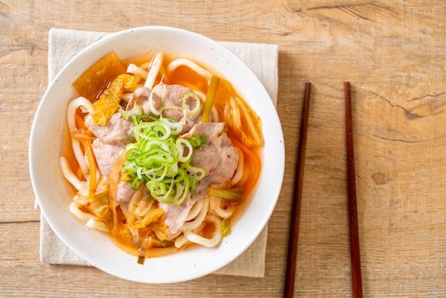 돼지 고기와 김치 우동라면