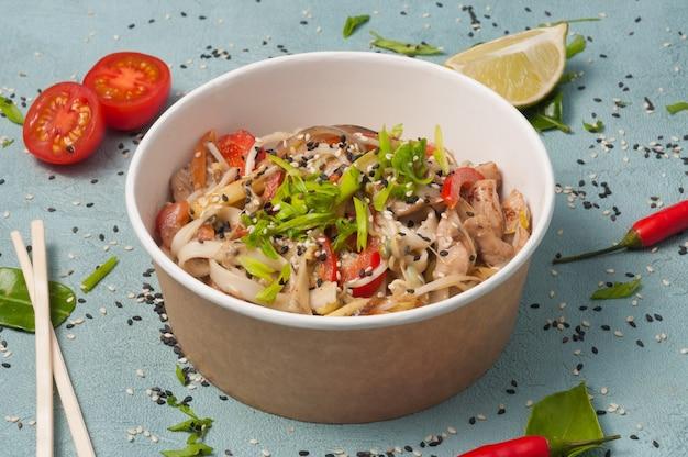 수제 요리에 돼지고기와 야채를 곁들인 우동