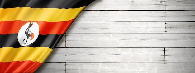 古い白い壁にウガンダの旗。水平方向のパノラマバナー。