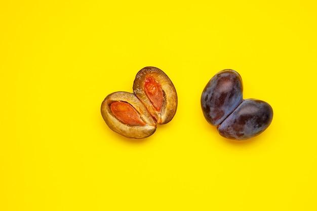 醜い梅の形をしたハート醜い果物のセクションの融合した果物は食べ物に適しています