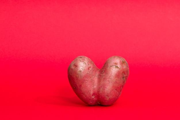 못생긴 감자. 발렌타인 채식 개념입니다.