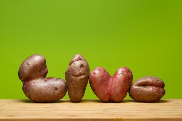 Уродливые овощи на зеленом фоне.