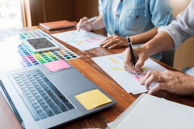 ワイヤーフレームレイアウトアプリケーションを設計するクリエイティブuiデザイナーチームワークミーティングプランニング