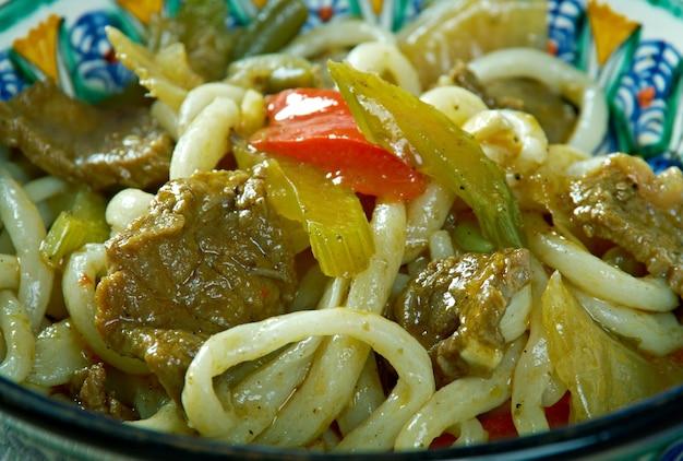 Уйгурский суп с лапшой лагман крупным планом