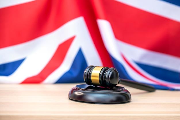 英国の旗と裁判官の木製ガベル