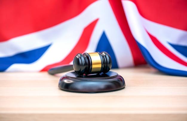 Флаг великобритании и судьи деревянный молоток