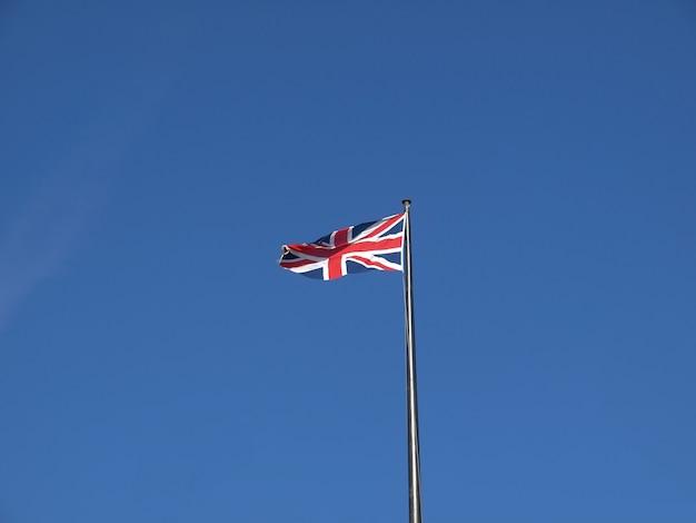 Флаг великобритании над голубым небом