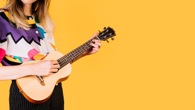 女の子はukeleleを演奏