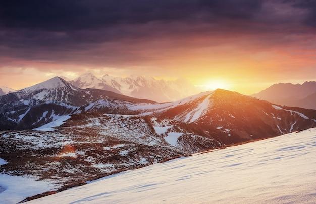 魔法の冬の雪に覆われた木。カルパティア山脈の夕日。 ukr