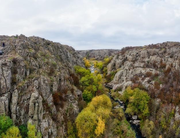 우크라이나와 가을 나무와 주위에 큰 돌 바위