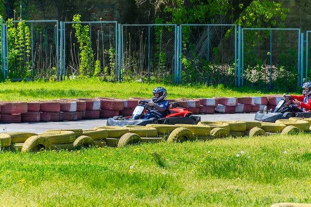 ウクライナ、ドネプロペトロフスク。 chkalovの都市公園では、子供たちの間でカート競技がありました。