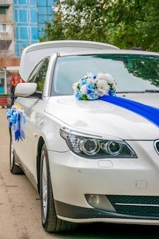 ウクライナのドニプロ新婚夫婦が結婚式の車を飾りました