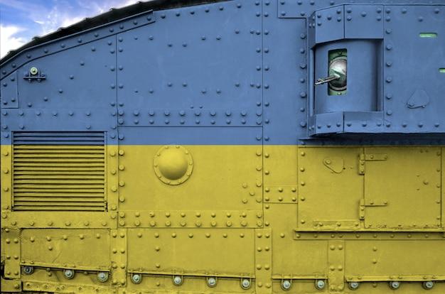 Флаг украины изображен на боковой части военного танкового танка крупным планом.