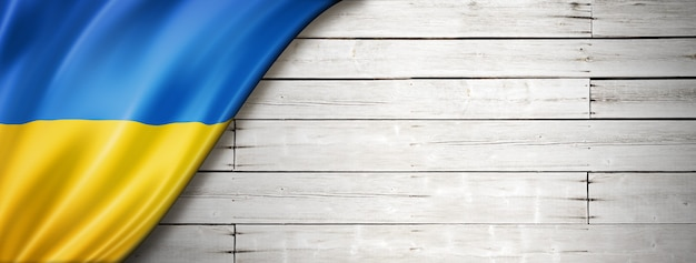 Флаг украины на старой белой стене. горизонтальный панорамный баннер.