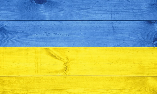 木製の背景にウクライナの旗