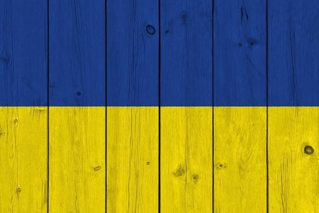 古い木の板に描かれたウクライナの国旗