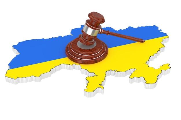 ウクライナ正義の概念。白い背景の上の旗とウクライナの地図上のサウンドボードと木製の正義のガベル。 3dレンダリング