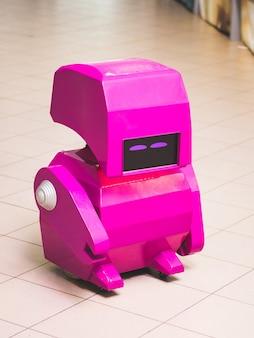 ウクライナフメリニツキー8月オフィススペースにある小さなおもちゃのロボット