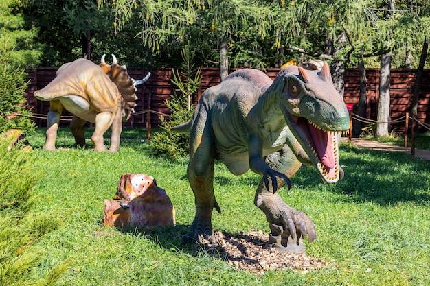 ウクライナ、フメリニツキー、2021年10月。晴天時の公園でのメガラプトル恐竜のモデル