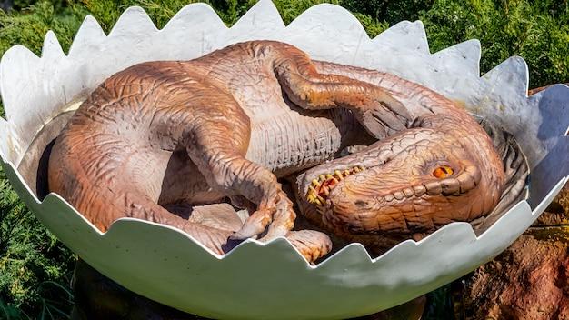 ウクライナ、フメリニツキー、2021年10月。卵の中の新生児恐竜エオラプトルのモデル