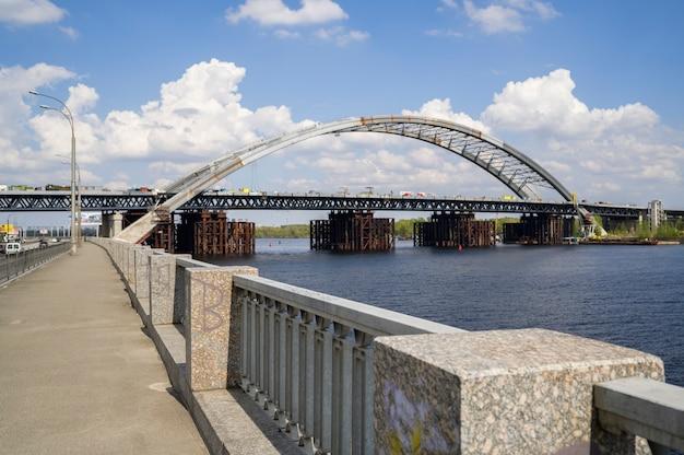 Украина, киев, 24 апреля 2020 года, недостроенная мостовая набережная дорога киев, вид на реку днепр