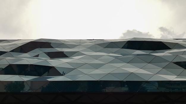 Украина, киев - 1 июня 2020 года: фасад здания из гнутого стекла. современная архитектура. необычный дизайн торгового центра.