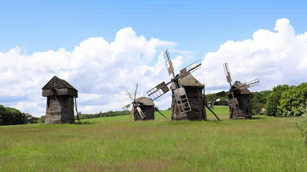ウクライナ、キエフ-2020年6月11日。19世紀の古いウクライナの木造風車。夏の屋外の風景。ウクライナのピロゴボにある民俗建築と生活の野外博物館。観光と旅行。