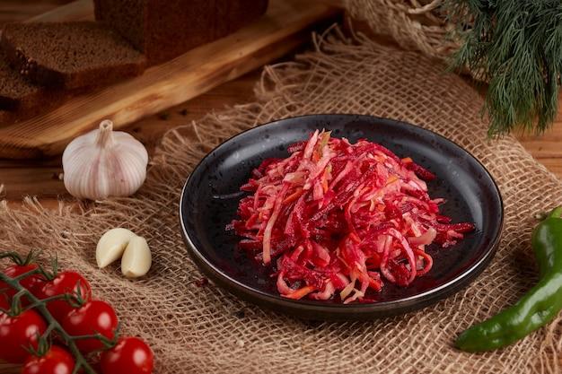 우크라이나 및 러시아 요리-나무에 접시에 당근으로 만든 수제 절인, 신 양배추