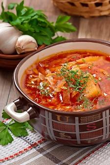 Украинский и русский национальный красный суп борщ крупным планом
