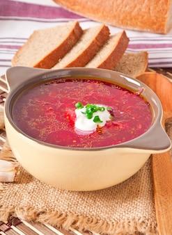 Украинский и русский национальный красный суп-борщ крупным планом