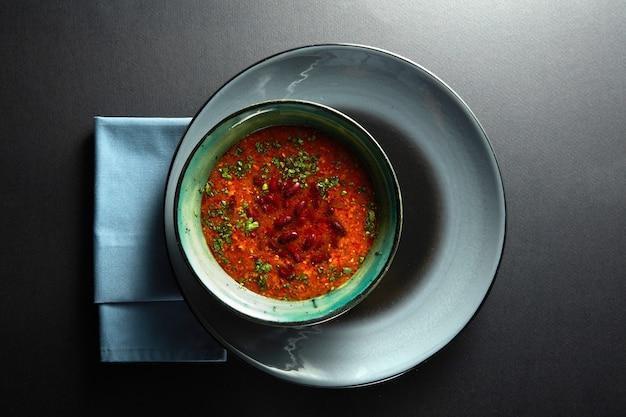 Борщ украинский и русский национальный красный суп на черном фоне