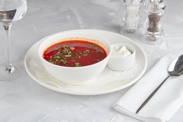 ウクライナのビートスープ、ボルシチ、明るい背景
