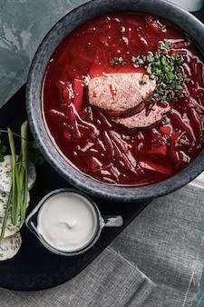 ボウルにウクライナのビートのスープ