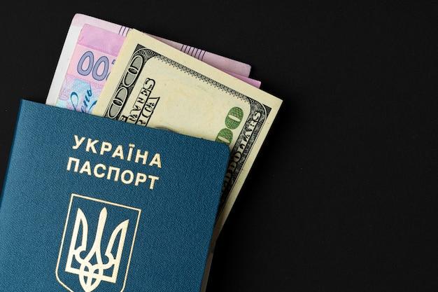 미국 달러와 우크라이나 그 리브 나 지폐 안에 우크라이나 시민 여권. 해외 진출, 환율 개념