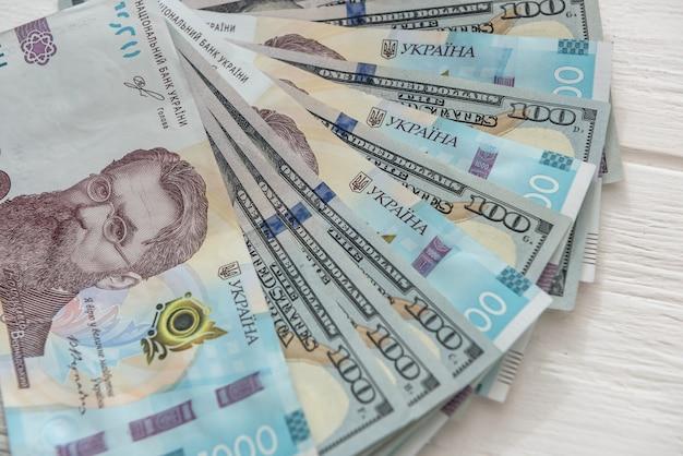 背景として米ドルを使用したウクライナ通貨グリブナ。両替の概念。ファイナンス