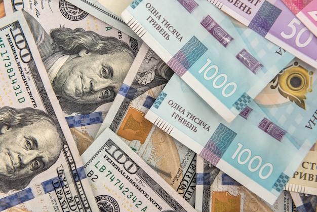 배경으로 미국 달러와 우크라이나어 통화 흐 리브 냐. 돈 교환 개념입니다. 재원
