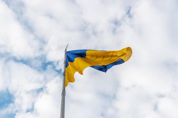하늘에 대 한 바람에 물결치는 우크라이나어 플래그입니다.