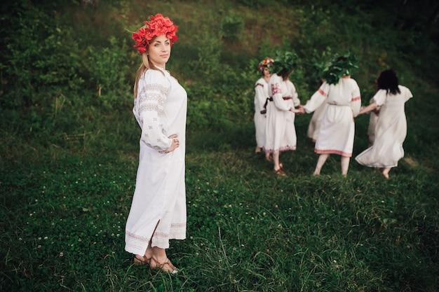 Украинские девушки играют в природе