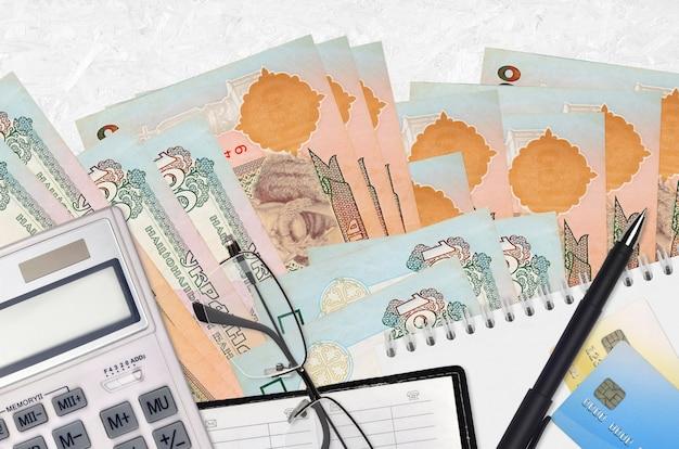 Украинские гривны банкноты и калькулятор с очками и ручкой