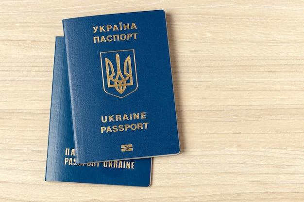 Украинский международный биометрический паспорт на светлом деревянном фоне