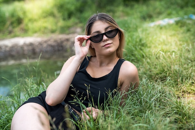 湖で素晴らしい週末を楽しんでいるカジュアルな服を着たウクライナの女性。自由