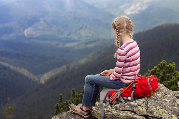ウクライナの風景。カルパティア山脈、ウクライナの山で幸せな笑顔の女児